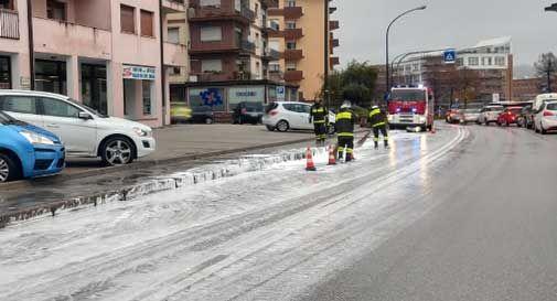 Il camion perde tensioattivi, si forma schiuma bianca per chilometri sulle strade bellunesi