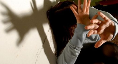 Tenta di strangolare la moglie di soli 23 anni