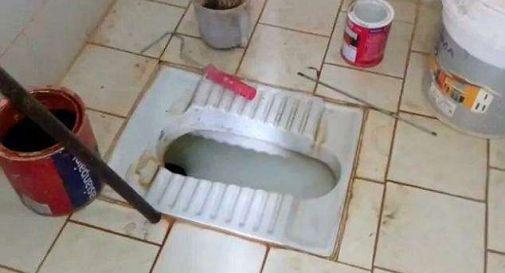 Gettano neonata giù per il wc, il corpicino trovato incastrato nella tubatura dagli idraulici