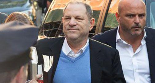Weinstein arrestato per stupro, paga la cauzione ed esce