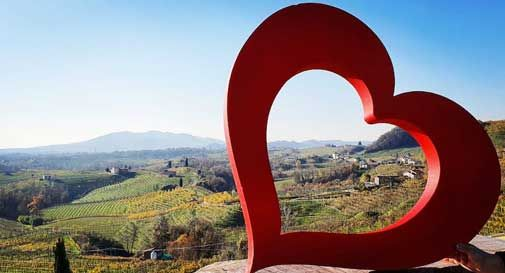 Un selfie con il cuore tra le colline Unesco: è