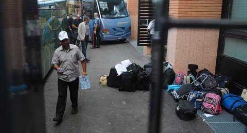 Al freddo e senza acqua calda, profughi protestano