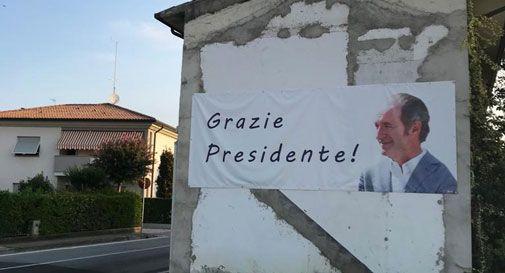 Mette uno striscione per ringraziare Zaia, ma è costretto a toglierlo: è propaganda elettorale