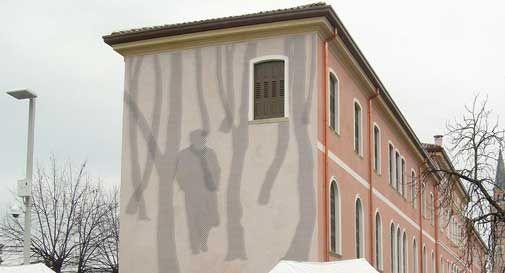 La sagoma di Zanzotto sul lato del municipio a Pieve di Soligo? Ecco come potrebbe essere