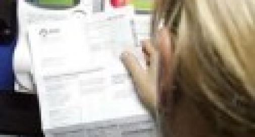 INTESTAVA I CONTRATTI  DI TELEFONO E LUCE AD ALTRE PERSONE
