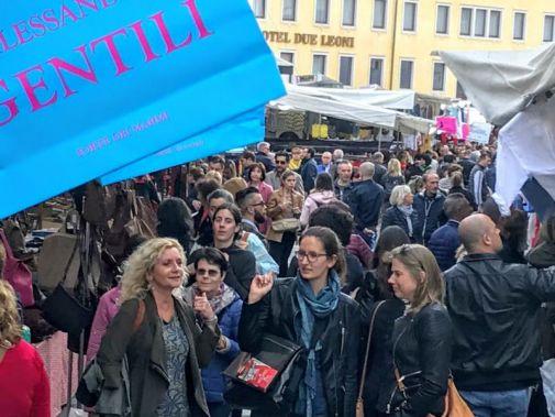 Calendario Mercato Forte Dei Marmi 2020.Il Mercato De Gli Ambulanti Di Forte Dei Marmi A Vittorio